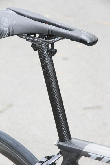シートポストはペダリング時のパワーロスを抑えるゼロオフセット仕様の専用品。D字に近い断面形状を持つポスト部は27.2mm相当の外径を与え、垂直方向の柔軟性を高めて乗り心地を向上させる