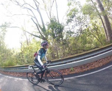 マウント・クーサの坂道を上る。日本にいた頃はサイクルスカート着用でしたが、現地のサイクリストに倣い、できるだけシンプルにするようになりました!