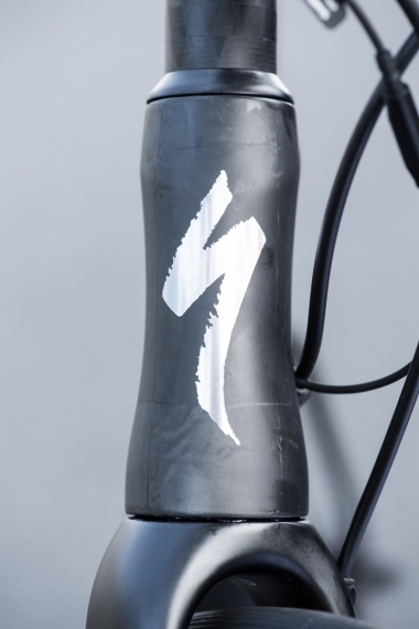 リムブレーキモデルと同様に下ワンに1.5インチのベアリングを採用。ベアリングサイズこそ特別なことはないが、全サイズで同じハンドリングを実現すべくヘッドチューブ周りのカーボンレイアップが調整されている