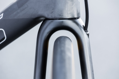 フォーククラウンは、全面投影面積を減らして空気抵抗を低減するとともに、機敏なハンドリングを実現すべく、なるべく薄くなるように設計されている。タイヤ幅は28Cまで対応