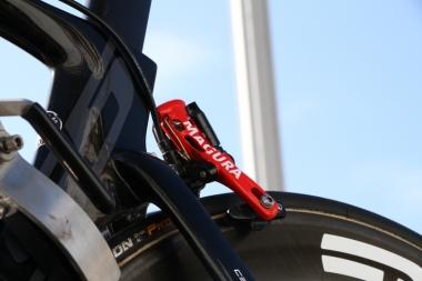 ブレーキはリムブレーキとディスクブレーキがある。両方とも油圧でコントロールする