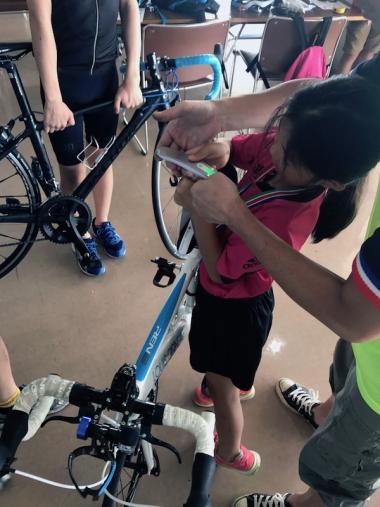 昨年は自分の自転車の寸法や重量を実測。スケールや秤での数値を用紙に書き出す。それを見せ合い話し合うことで、機材スポーツの道具の数値がどれほど大事なのか理解できた