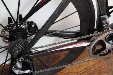 コンパクトなリヤ三角によってロードバイクらしい俊敏さを確保