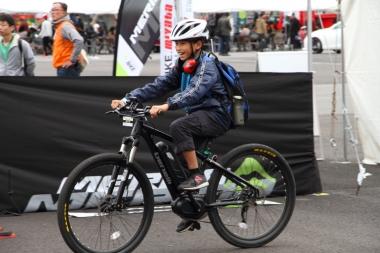 キッズもこの笑顔!未来のeバイクライダーだ