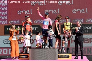 ジロ・デ・イタリア2019の表彰台。左から総合2位のニバリ、総合優勝のカラパス、総合3位のログリッチェ