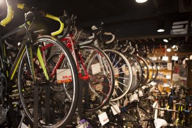 店内にはさまざまな年式、メーカーのロードバイクがずらり