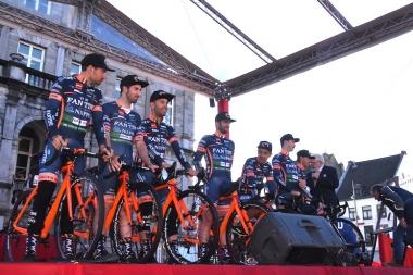チームプレゼンテーションで登壇したNIPPO・ヴィーニファンティーニの選手たち。小林海も初参戦した