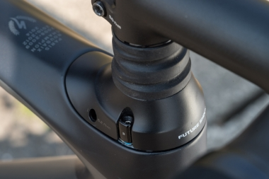 ヘッドパーツとステムの間の蛇腹の部分がフューチャーショックの可動部。最大20ミリストロークする。ヘッドパーツは高さの違うものが用意されるので、ハンドル高を下げることもできる
