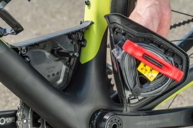 BB上に搭載されるストレージにはタイヤチューブやタイヤレバー、CO2カードリッジがスマートに収納できる。重量増が気になりにくい位置に取り付けられ、空力にも影響しにくい。もちろん取り外し可能だ