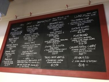 店内には巨大な黒板にメニューがずらり。朝食はもちろん、ランチもヘルシーなものが多くて魅力的