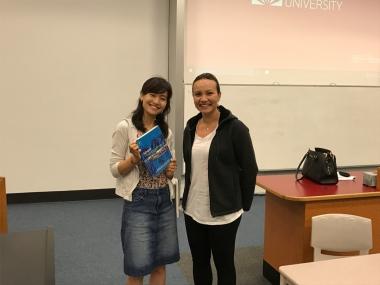 担当のキャロライン教授はロードバイク乗りの1児のママ。小さいお子さんのいる女性教授陣が多く働いているのも、オーストラリアの大学の特徴です