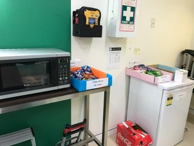 キッチンの一角にはチョコレートやスナック菓子、コーラの販売スペースも。皆小腹が空いたら、チョコやリンゴをかじりながらよく仕事をしています