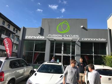 シティ中心部から車で10分ほどのFUSION CYCLESの店舗。自転車グッズはもちろん、完成車もセールになっていました