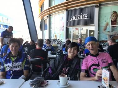 ローガンサイクリングクラブの朝ライド。中にはこの時季も半袖ジャージ1枚で乗り切るメンバーも。やはり日本人とは耐寒性が違うのかしら
