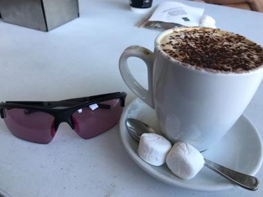 オーストラリアの大手コーヒーチェーンThe Coffee Club のホット・モカ($6.1)。マシュマロをそっと浮かべてゆっくり溶かしながら飲むのが美味しい