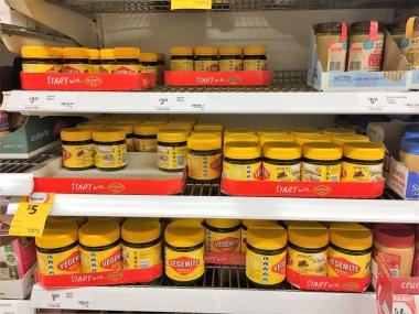 スーパーの棚に並んだベジマイト。小さい瓶もあるのでお土産にも!?