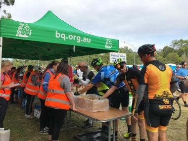 45km地点のレストストップでバナナに並ぶ参加者たち。バナナブレットかカップケーキが出ればなおうれしい…!!