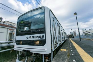 かつて通勤電車として活躍していた車両を改造している。6両編成だ。1〜3号車、5〜6号車が乗車スペース。4号車はフリースペースとなっている。