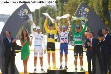 パリの表彰台に並んだ今年の4賞ジャージ獲得者たち (©Bettiniphoto)