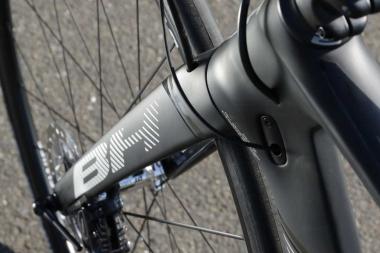 フロントフォークはストレートタイプで、エアロ形状で空力性能も追求。レーシングバイクらしくハンドリングもクイックだ。ディスクブレーキはダイレクトマウント方式を採用