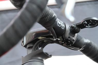 ディスクブレーキモデルには、ブレーキのオイルラインを内蔵する専用ステムが付く(ロードマシンに採用されたステムとほぼ同じもの)。ステム下部からステムの中に入り、フォークコラムの脇を通る