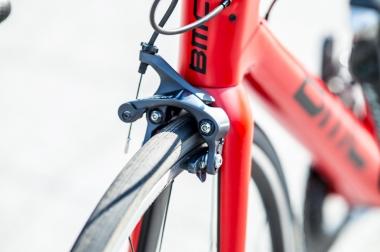 リムブレーキ版は前後ともダイレクトマウント規格を採用。制動性能を強化することが新型SLR01の開発の目標の一つだった