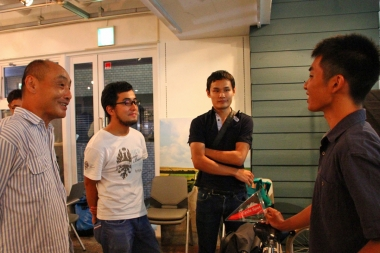 サイクルスポーツ本誌編集部の旅サイクリストである松本、栗山、西村の3人も、自分たちのノウハウを溝口さんに伝えたくて仕方がない。熱く語る。