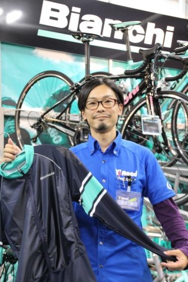 """「Y's Road独自開発のバイクフィッティングシステム""""バイオレーサー""""を活用して適切なサイズを提供いたします」と、店長の黒田亮(くろだ りょう)さん"""