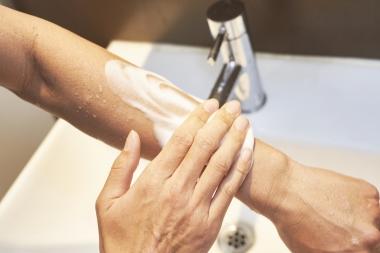 サイクリストアイは汗では簡単に落ちないが、洗顔料やボディソープで簡単に落とせる。クレンジングオイルを使ったりゴシゴシ洗ったりしなくてよいので、お肌にもやさしい
