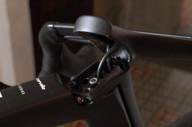 ワイヤ類は、ステムからヘッドチューブの中へと内蔵される。電動変速はもちろん、機械式変速コンポーネントであっても同様