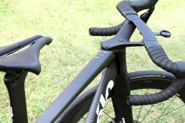 ハンドル切れ角はこの角度で止まる。ステムやフォークがフレームにぶつかるのを防ぐ