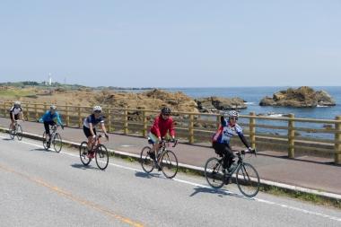 館山でのライドの様子。交通量の少ない海沿いの絶景を走る