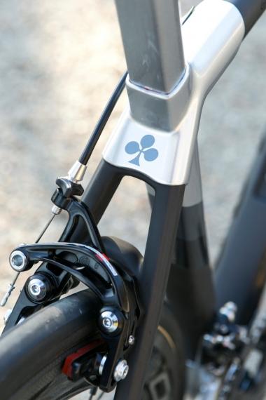 シートステーはモノステーからダブルステーに変更されている。ブレーキをダイレクトマウントタイプに変更したことでより大きな力がシートステーにかかるため、それに耐える仕様変更だ