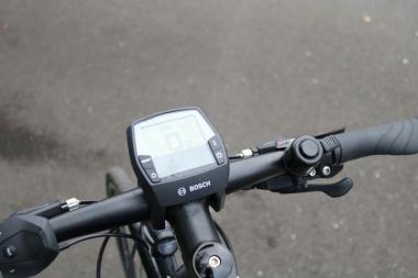 左ハンドルにある操作ボタンでアシストモードを変更する。中央の ディスプレイにはサイコン機能が搭載