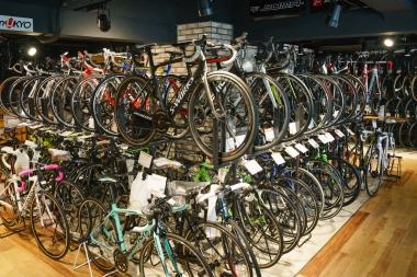 中古品バイクが並ぶ。どれもきれいに手入れされている