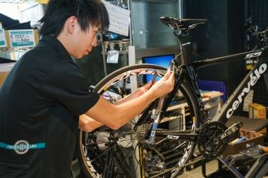 引き取ったバイクは細部までチェックを受ける。こちらはエンドが曲がっていないかを点検