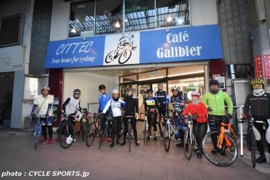 シテック / カフェ・ガリビエの前でサイクリングイベント参加者の皆さんと記念撮影