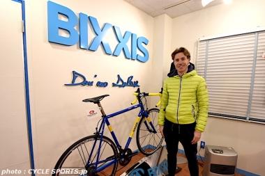 今回の来日イベントを後援した BIXXIS JAPAN(ビクシズ・ジャパン) のショールームを訪問したクネゴ