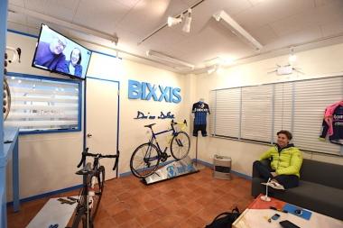 クネゴは BIXXIS JAPAN(ビクシズ・ジャパン) のショールームで、イタリアにいるフレームビルダーのドリアーノとTV電話を使って対談した