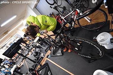 室内イベント当日は早朝から開催場所のジムに入り、自らバイクの調整を行っていたクネゴ