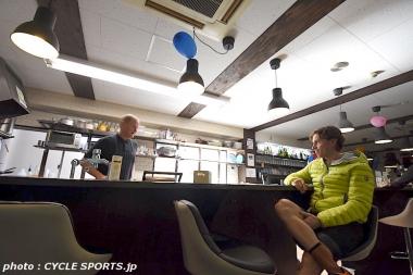 ジムの2階にあるカフェ・ガリビエでくつろぐクネゴ
