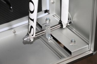 ケースのアルミフレームにフォークをはじめ各部を固定できる