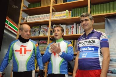 デルガド氏(中央)はサイクリングジャージ姿で交流会に現れた