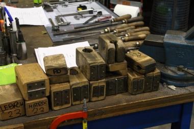 パイプを固定するさまざまな治具は木製。年季が入っている