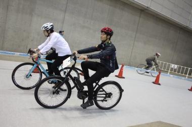 数多くのeバイクを一度に試乗できる機会とあり、たくさんの人がそれぞれのeバイクをレンタルし試乗コースへ向かう