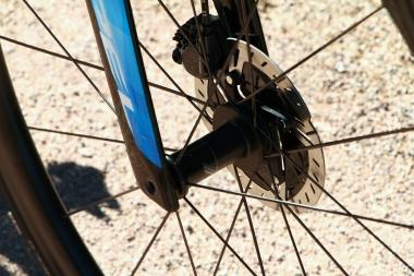 ホイールは前後とも12mmスルーアクスルにて固定。アクスルを操作するにはアーレンキーが必要。レバーがないのは、少しでも軽く、空気抵抗を少なくするため