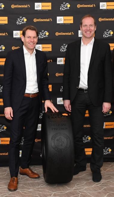 写真左より:コンチネンタルAG執行役員兼タイヤ部門統括責任者、ニコライ・ゼッツァー氏、ツール・ド・フランスの最高責任者、クリスティアン・プリュドム氏