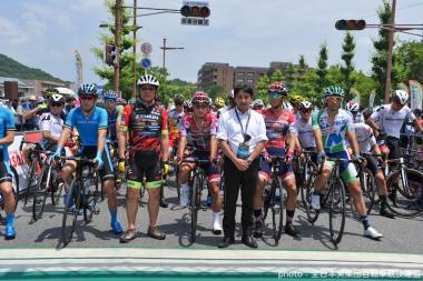 スタート前、高垣広徳・東広島市長、片山右京・JBCF理事長とランキング上位選手が記念撮影を行う