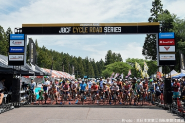 夏の日差しの下、スタートラインに揃ったJプロツアーの選手
