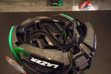 後頭部にバックル調整ダイヤルがないすっきりしたデザイン。ポニーテールでもヘルメットを被りやすい